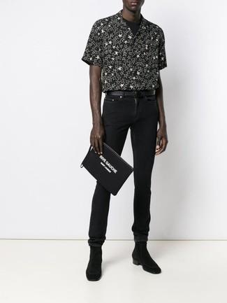 Cómo combinar: botines chelsea de ante negros, vaqueros pitillo negros, camiseta con cuello circular negra, camisa de manga corta de estrellas en negro y blanco