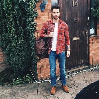 Cómo combinar: botines chelsea de ante marrónes, vaqueros pitillo azules, camiseta con cuello circular blanca, camisa de manga larga de tartán roja