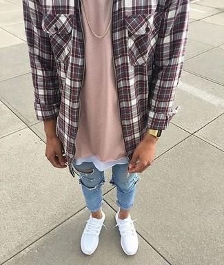Cómo combinar: deportivas blancas, vaqueros pitillo desgastados celestes, camiseta con cuello circular rosada, camisa de manga larga de tartán burdeos