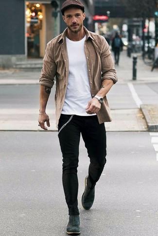 Combinar una gorra inglesa en marrón oscuro: Emparejar una camisa de manga larga marrón junto a una gorra inglesa en marrón oscuro es una opción perfecta para el fin de semana. ¿Te sientes valiente? Haz botines chelsea de ante en gris oscuro tu calzado.