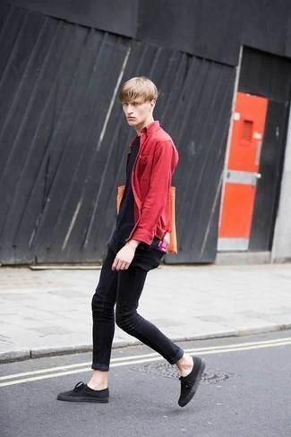 Combinar unos vaqueros pitillo negros: Elige una camisa de manga larga roja y unos vaqueros pitillo negros para una vestimenta cómoda que queda muy bien junta. Tenis de lona negros son una opción perfecta para complementar tu atuendo.