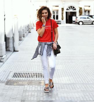 Cómo combinar: sandalias planas de cuero plateadas, vaqueros pitillo blancos, camiseta con cuello circular estampada roja, camisa de vestir de cuadro vichy en blanco y negro