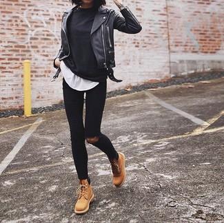 Cómo combinar: botas planas con cordones de cuero marrón claro, vaqueros pitillo desgastados negros, camiseta con cuello circular blanca, camiseta de manga larga negra