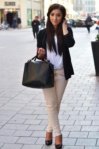 Cómo combinar: zapatos de tacón de cuero negros, vaqueros pitillo en beige, camiseta con cuello circular blanca, cárdigan abierto negro