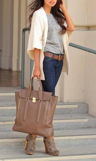 Combinar una bolsa tote de cuero marrón: Ponte un cárdigan abierto de punto blanco y una bolsa tote de cuero marrón para un look agradable de fin de semana. Botines de cuero marrónes son una opción muy buena para completar este atuendo.