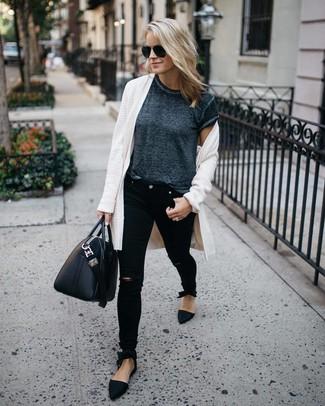 Cómo combinar: mocasín de ante negros, vaqueros pitillo desgastados negros, camiseta con cuello circular en gris oscuro, cárdigan abierto blanco