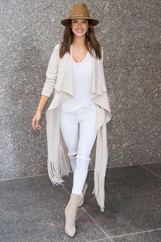 Cómo combinar: botines con cordones de ante en beige, vaqueros pitillo desgastados blancos, camiseta con cuello circular blanca, cárdigan abierto en beige