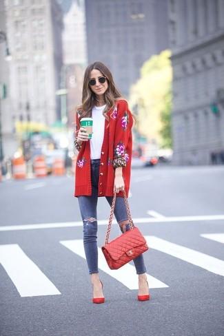 Cómo combinar: zapatos de tacón de ante rojos, vaqueros pitillo desgastados azul marino, camiseta con cuello circular blanca, cárdigan con print de flores rojo