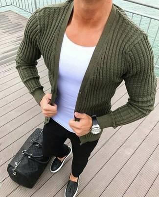 Cómo combinar: mocasín con borlas de cuero negro, vaqueros pitillo negros, camiseta con cuello circular blanca, cárdigan verde oliva