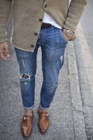 Cómo combinar: zapatos con hebilla de cuero marrónes, vaqueros pitillo desgastados azules, camiseta con cuello circular blanca, cárdigan de punto en beige