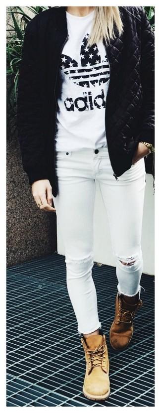 Look de moda: Botas planas con cordones de nubuck marrón claro, Vaqueros pitillo desgastados blancos, Camiseta con cuello circular estampada en blanco y negro, Cazadora de aviador acolchada negra