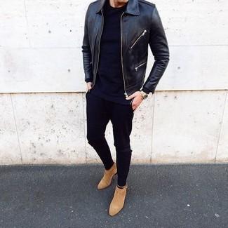 Cómo combinar: botines chelsea de ante marrón claro, vaqueros pitillo negros, camiseta con cuello circular negra, cazadora de aviador de cuero negra