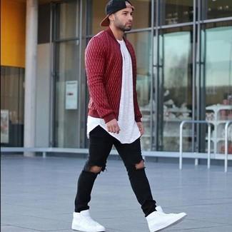 Cómo combinar: zapatillas altas de cuero blancas, vaqueros pitillo desgastados negros, camiseta con cuello circular blanca, cazadora de aviador acolchada roja