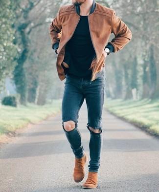 Cómo combinar: botines chelsea de ante marrónes, vaqueros pitillo desgastados azul marino, camiseta con cuello circular negra, cazadora de aviador de cuero marrón