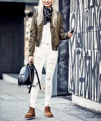 Outfits mujeres estilo relajado: Una cazadora de aviador verde oliva y unos vaqueros pitillo desgastados blancos son una opción excelente para el fin de semana. Complementa tu atuendo con botas planas con cordones de ante marrónes.