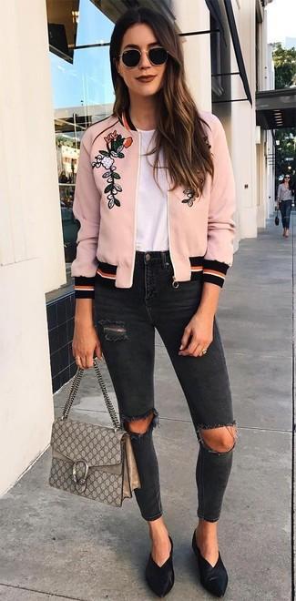 Cómo combinar: chinelas de cuero negras, vaqueros pitillo desgastados negros, camiseta con cuello circular blanca, cazadora de aviador bordada rosada