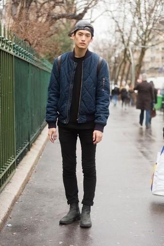 Cómo combinar: botines chelsea de cuero negros, vaqueros pitillo negros, camiseta con cuello circular negra, cazadora de aviador acolchada azul marino