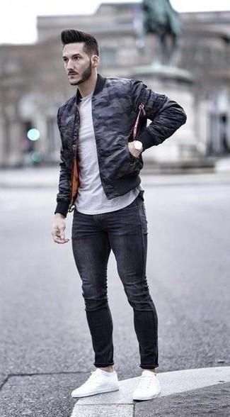 Combinar una camiseta con cuello circular gris: Mantén tu atuendo relajado con una camiseta con cuello circular gris y unos vaqueros pitillo en gris oscuro. Tenis de lona blancos levantan al instante cualquier look simple.