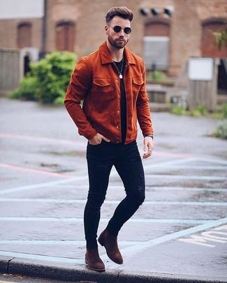 Cómo combinar: botines chelsea de ante en marrón oscuro, vaqueros pitillo desgastados negros, camiseta con cuello circular roja, chaqueta campo de ante en tabaco