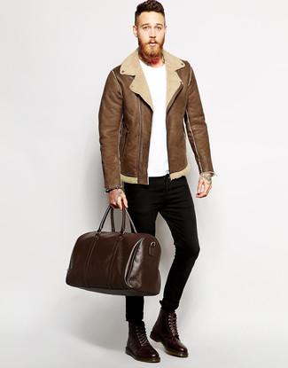 Cómo combinar: botas casual de cuero en marrón oscuro, vaqueros pitillo negros, camiseta con cuello circular blanca, chaqueta de piel de oveja marrón