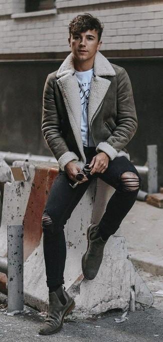 Cómo combinar: botines chelsea de ante grises, vaqueros pitillo desgastados negros, camiseta con cuello circular estampada en blanco y negro, chaqueta de piel de oveja gris