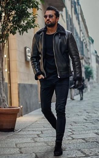 Combinar una chaqueta de piel de oveja negra: Considera emparejar una chaqueta de piel de oveja negra con unos vaqueros pitillo azul marino para cualquier sorpresa que haya en el día. Botines chelsea de ante negros proporcionarán una estética clásica al conjunto.