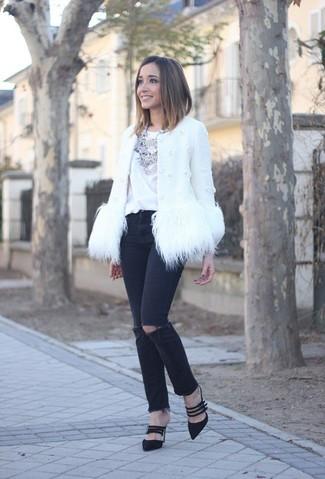 Combinar un collar plateado: Para un atuendo tan cómodo como tu sillón elige una chaqueta de piel blanca y un collar plateado. Zapatos de tacón de ante negros son una opción atractiva para completar este atuendo.
