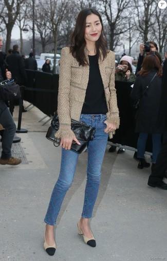 Cómo combinar: zapatos de tacón de cuero en negro y marrón claro, vaqueros pitillo azules, camiseta con cuello circular negra, chaqueta de tweed marrón claro