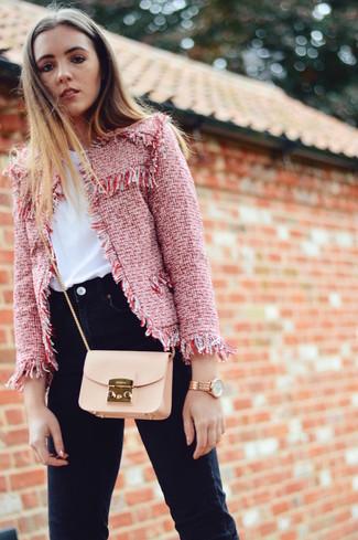 Cómo combinar: bolso bandolera de cuero en beige, vaqueros pitillo negros, camiseta con cuello circular blanca, chaqueta de tweed roja
