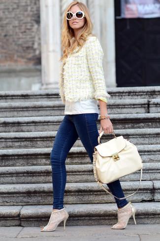 Cómo combinar: botines de encaje en beige, vaqueros pitillo azul marino, camiseta con cuello circular blanca, chaqueta de tweed amarilla