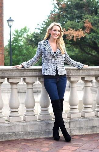 Cómo combinar: botas sobre la rodilla de ante negras, vaqueros pitillo azul marino, camiseta con cuello circular negra, chaqueta de tweed en blanco y azul marino