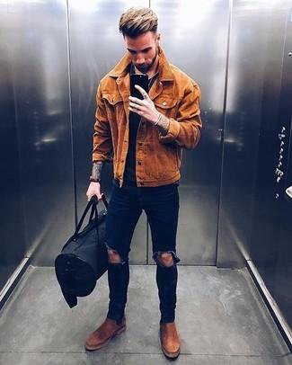 Cómo combinar: botines chelsea de ante marrónes, vaqueros pitillo desgastados azul marino, camiseta con cuello circular negra, chaqueta estilo camisa de ante en tabaco
