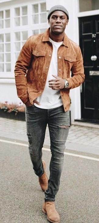Cómo combinar: botines chelsea de ante marrón claro, vaqueros pitillo desgastados en gris oscuro, camiseta con cuello circular blanca, chaqueta estilo camisa de ante marrón