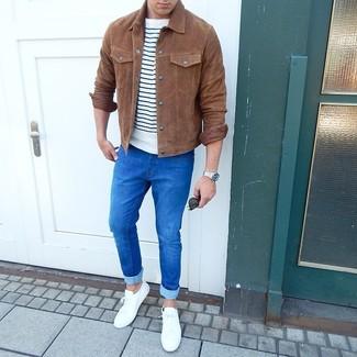 Combinar una chaqueta estilo camisa de ante marrón: Considera emparejar una chaqueta estilo camisa de ante marrón junto a unos vaqueros pitillo azules para una vestimenta cómoda que queda muy bien junta. Tenis blancos son una opción inmejorable para complementar tu atuendo.