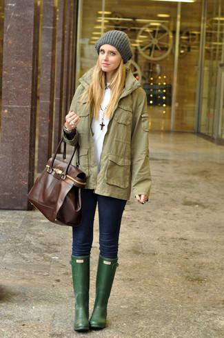 Cómo combinar: botas de lluvia verde oscuro, vaqueros pitillo azul marino, camiseta con cuello circular blanca, chaqueta militar verde oliva