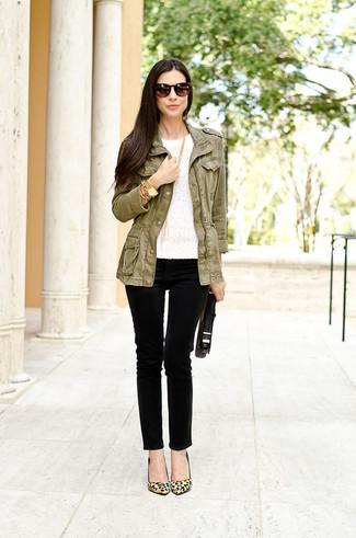Cómo combinar: zapatos de tacón de ante de leopardo marrón claro, vaqueros pitillo negros, camiseta con cuello circular de encaje blanca, chaqueta militar verde oliva