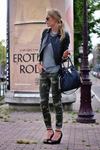 Cómo combinar: zapatos con cuña de cuero negros, vaqueros pitillo de camuflaje verde oscuro, camiseta con cuello circular gris, chaqueta motera de cuero acolchada negra