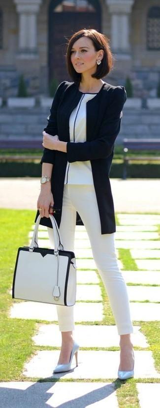 Cómo combinar: zapatos de tacón de cuero celestes, vaqueros pitillo blancos, camiseta con cuello circular blanca, chaqueta motera negra