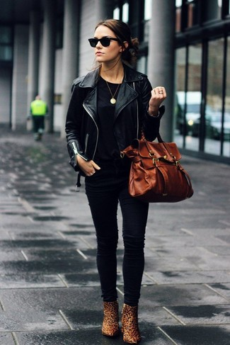 chaqueta cuero negra y botas marrones