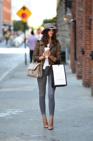 Cómo combinar: zapatos de tacón de cuero en beige, vaqueros pitillo grises, camiseta con cuello circular blanca, chaqueta motera de cuero marrón