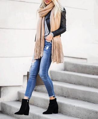 Look de moda: Botines de ante negros, Vaqueros pitillo desgastados azules, Camiseta con cuello circular gris, Chaqueta motera de cuero negra