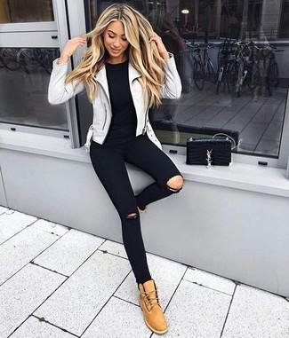 Combinar unas botas planas con cordones de nubuck marrón claro: Elige una chaqueta motera de cuero gris y unos vaqueros pitillo desgastados negros para un look agradable de fin de semana. Botas planas con cordones de nubuck marrón claro son una sencilla forma de complementar tu atuendo.