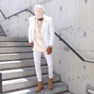 Cómo combinar: botines chelsea de ante marrón claro, vaqueros pitillo blancos, camiseta con cuello circular en beige, chaqueta motera de cuero blanca