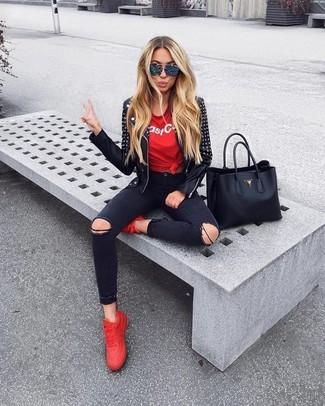 Cómo combinar: tenis rojos, vaqueros pitillo desgastados negros, camiseta con cuello circular estampada en rojo y blanco, chaqueta motera de cuero con tachuelas negra