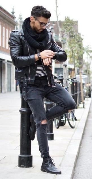 Cómo combinar: botas casual de cuero negras, vaqueros pitillo desgastados negros, camiseta con cuello circular de rayas horizontales en negro y blanco, chaqueta motera de cuero negra