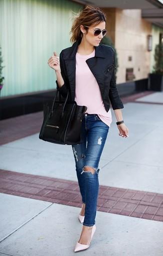 Cómo combinar: zapatos de tacón de cuero rosados, vaqueros pitillo desgastados azules, camiseta con cuello circular rosada, chaqueta motera negra