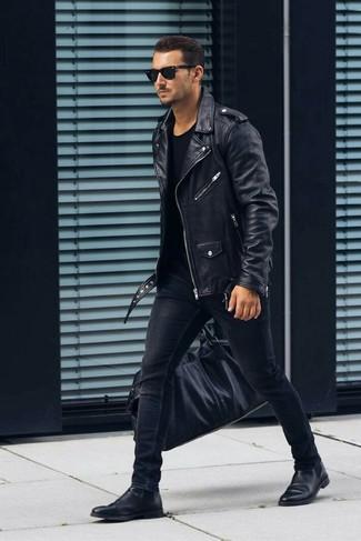 Cómo combinar: botines chelsea de cuero negros, vaqueros pitillo negros, camiseta con cuello circular negra, chaqueta motera de cuero negra