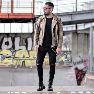 Cómo combinar: botas casual de cuero negras, vaqueros pitillo desgastados negros, camiseta con cuello circular negra, chaqueta motera de ante marrón