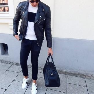 Cómo combinar: tenis de cuero en blanco y negro, vaqueros pitillo negros, camiseta con cuello circular en blanco y negro, chaqueta motera de cuero negra