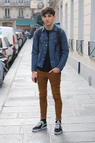 Cómo combinar: zapatillas altas de lona negras, vaqueros pitillo en tabaco, camiseta con cuello circular negra, chaqueta vaquera azul
